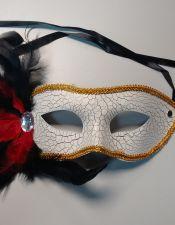 Mascara de fantasia blanca con plumas rojas y negras ACC00013