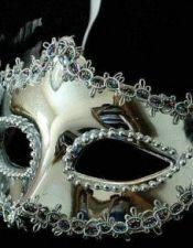 Mascara de fantasia metalizada con pasamaneria y flor plateada ACC00017