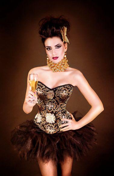 Corset sexy de brocato con estampados dorados y escote corazon