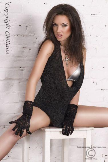 Sensual vestido sexy negro con destellos y sujetador plateados con tanga negro del mismo textil a ju