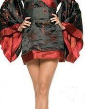 Bata sexy de saten negra con estampados negros y ribetes rojos con cinturon a juego BAT00025