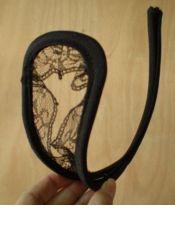 Original tanga sexy invisible con apertura en zona delantera y acabado de puntilla negro TAN00058