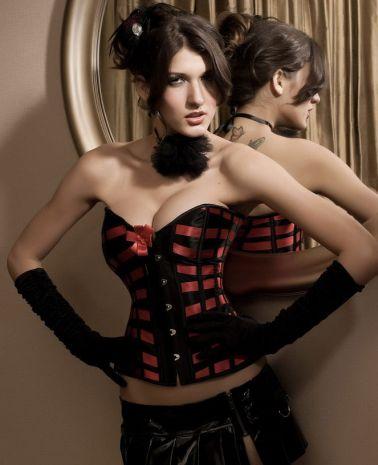 Atractivo corsé sexy con lazadas rojas