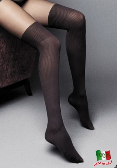 Medias sexys negras por encima de las rodillas