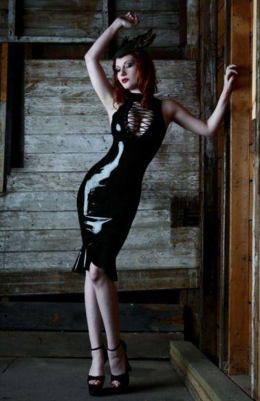 Novedoso vestido entubado efecto látex