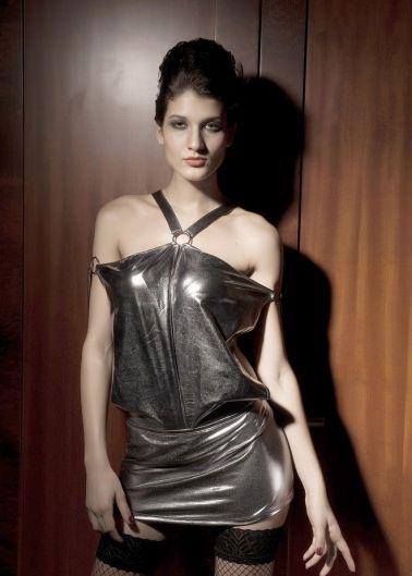 Mini vestido sexy con hombros descubiertos en color plata