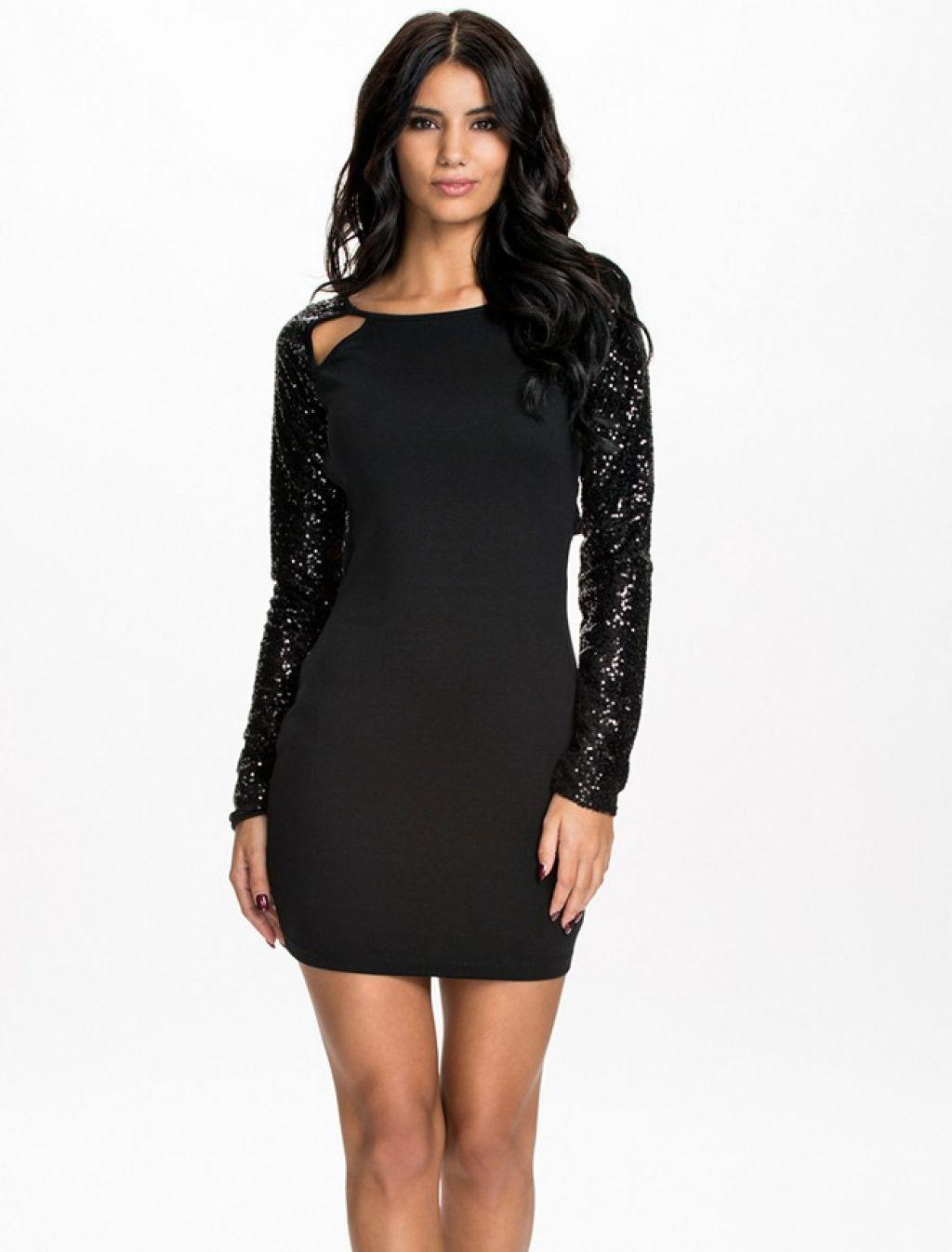 Espectacular vestido negro con manga larga y escote en la espalda y fantasía de lentejuelas
