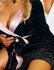 Bata sexy de raso negro con cinturón rosa BAT00044