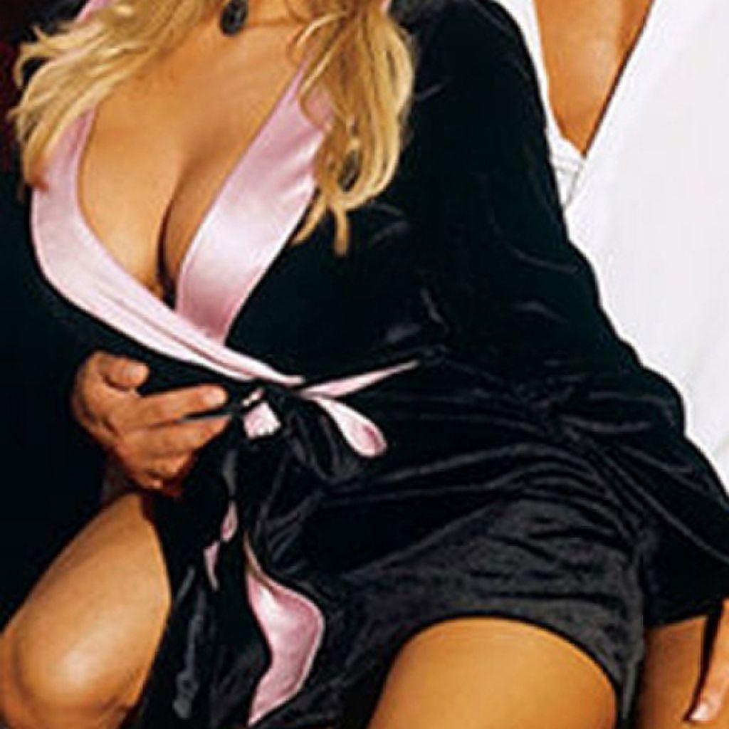 Bata sexy de raso negro con cinturón rosa