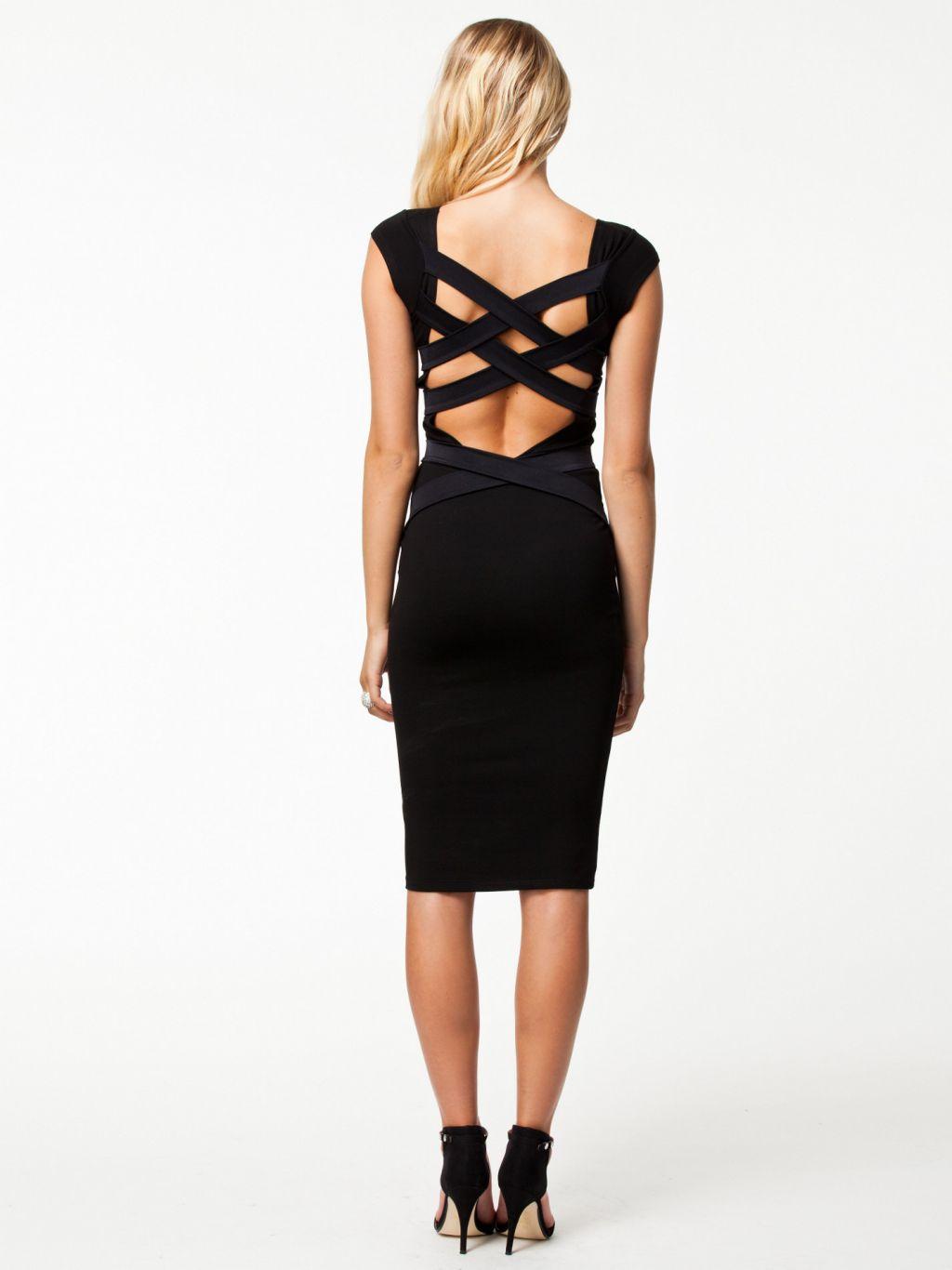 Elegante vestido negro con espalda cruzada azul