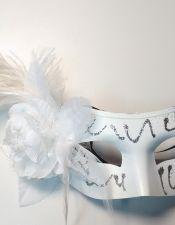 Máscara blanca con purpurina, flor y pluma larga ACC00079