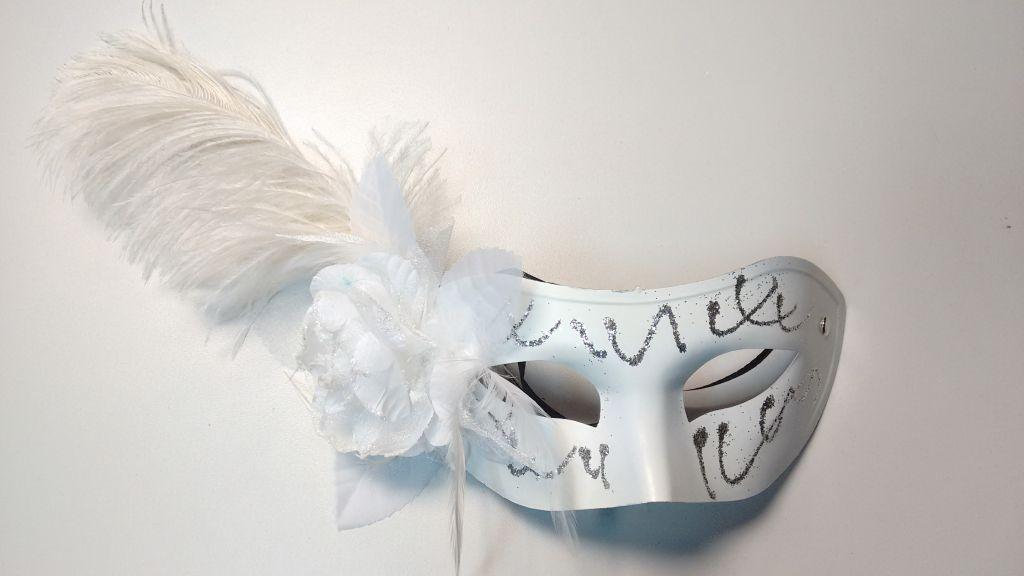 Máscara blanca con purpurina, flor y pluma larga