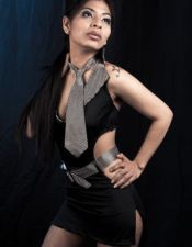 Vestido sexy negro escotado con cinturón y corbata a rayas VES00036