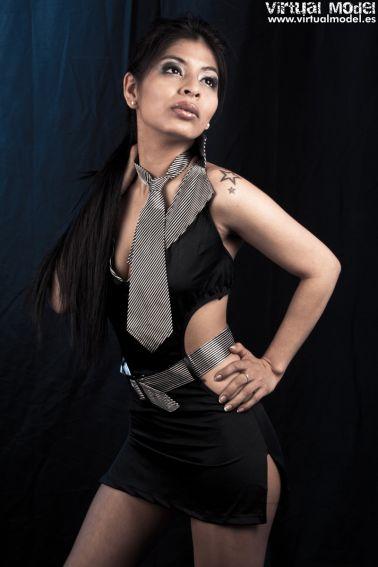 Vestido sexy negro escotado con cinturón y corbata a rayas