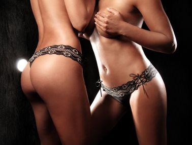 Tanga brasileña de encaje negro con cinturilla ancha