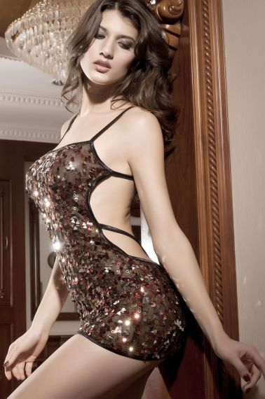 Vestido sexy de tejido elástico con tirantes negros y lentejuelas multicolor y multiformas bordadas